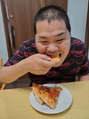 ドミノピザを食べる利用者さん達2