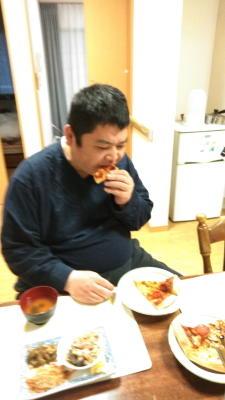 ドミノピザを食べる利用者さん達6