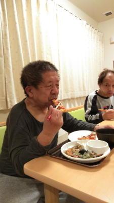 ドミノピザを食べる利用者さん達7